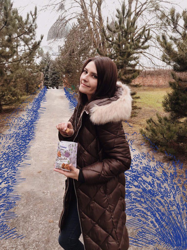 Dziewczyna trzymająca w ręce paczkę ciasteczek