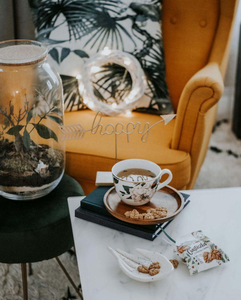 Ciasteczka na stole z filiżanką herbaty
