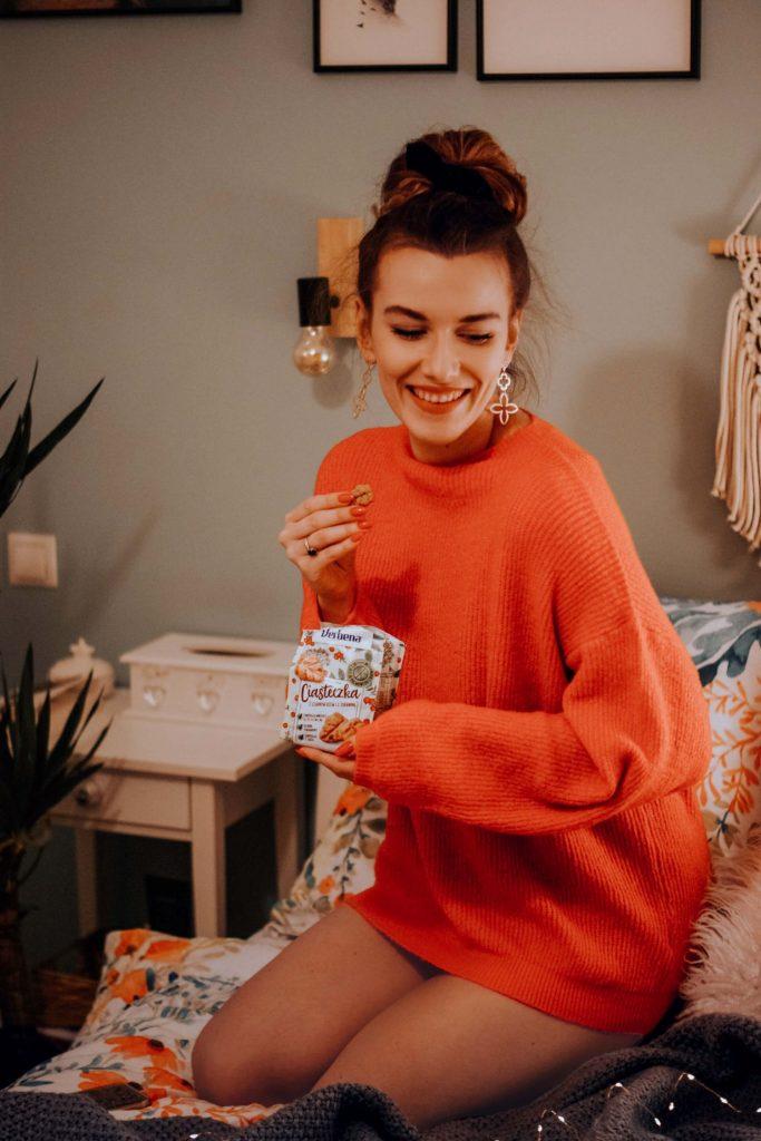 Dziewczyna z paczką ciastek w ręce