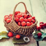 kosz z owocami dzikiej róży