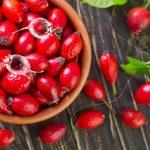 miska z owocami dzikiej róży na drewnianym blacie